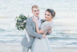 【ビーチウェディング】青い海・白い砂浜で行う挙式!その内容・費用・体験談をご紹介!